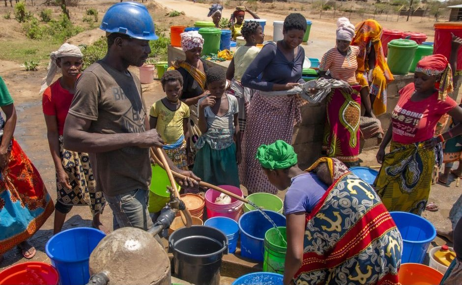 People fetching water from a water pump in Metuge, Cabo Delgado Province, Mozambique, December 2020. © UNICEF/ Mauricio Bisol